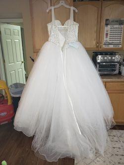 Beautiful Wedding Dress With Traine  Thumbnail
