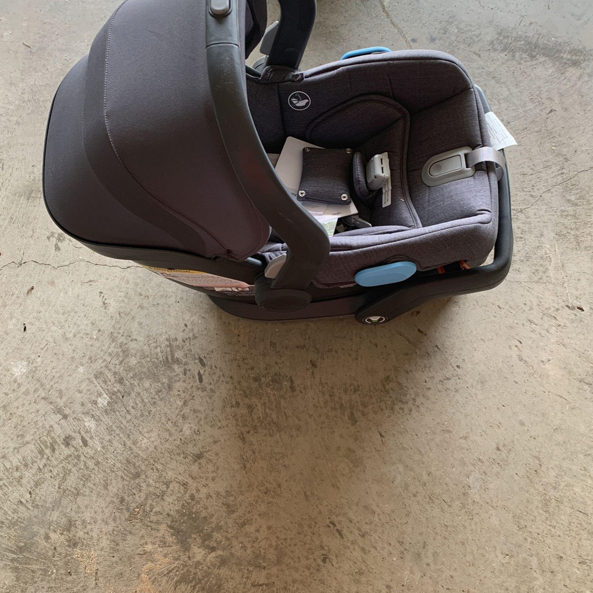 Uppababy Mesa Car seat And Base
