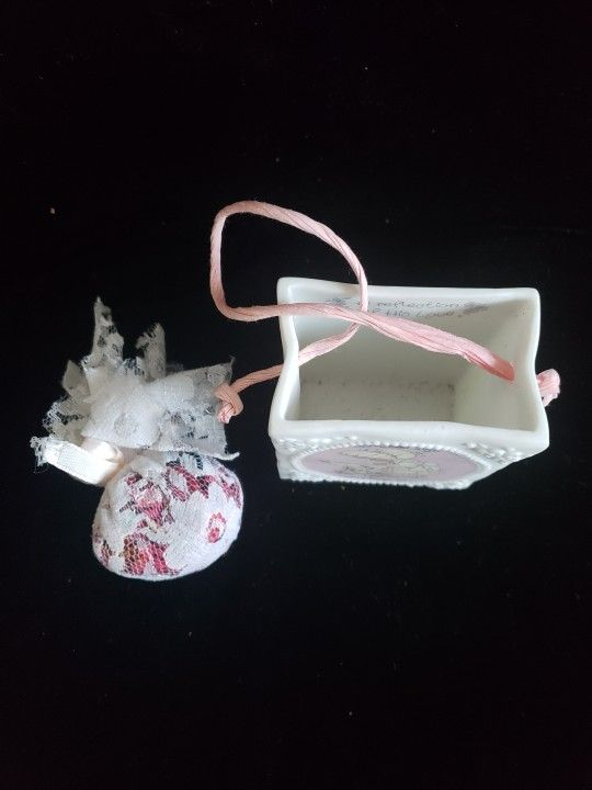 1993 Enesco Precious Moment Porcelain Mini Gift Box with dryed flowers