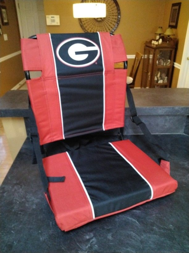 A Georgia Sit That Folds And Has Shoulder Strap .   It's Like New .       See Size .