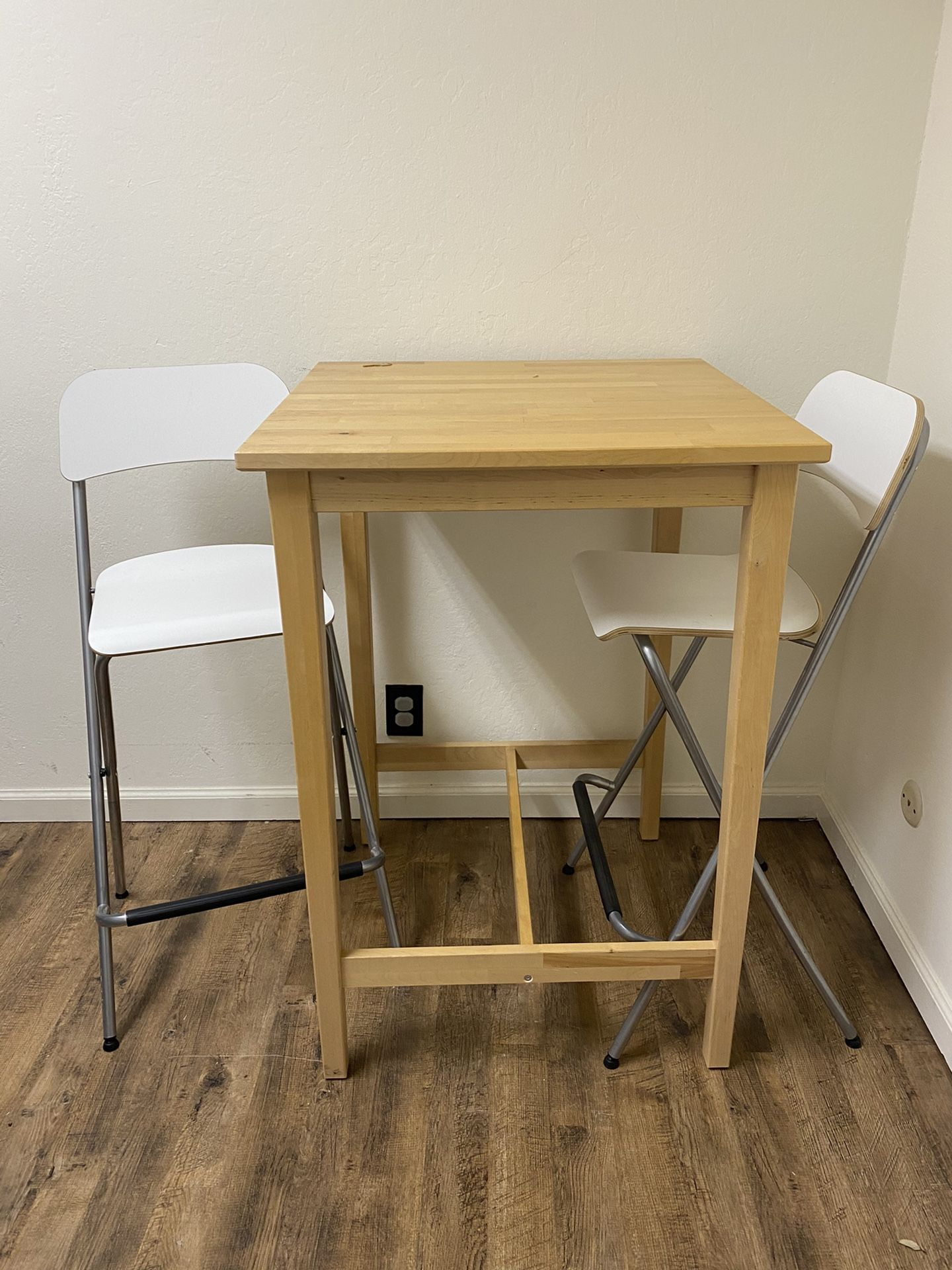 Square bistro Table + 2 Chairs