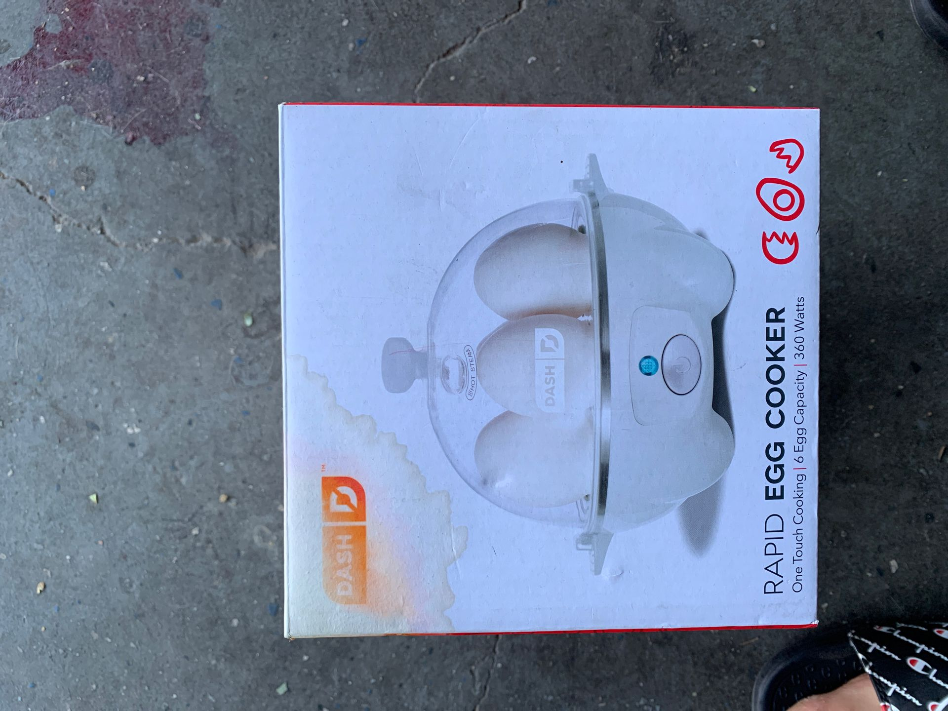 Egg cooker cooks eggs quickly electronically