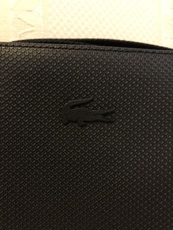 Lacoste Crossbody Bag: After The Perfect Accessory To Store Essentials Thumbnail