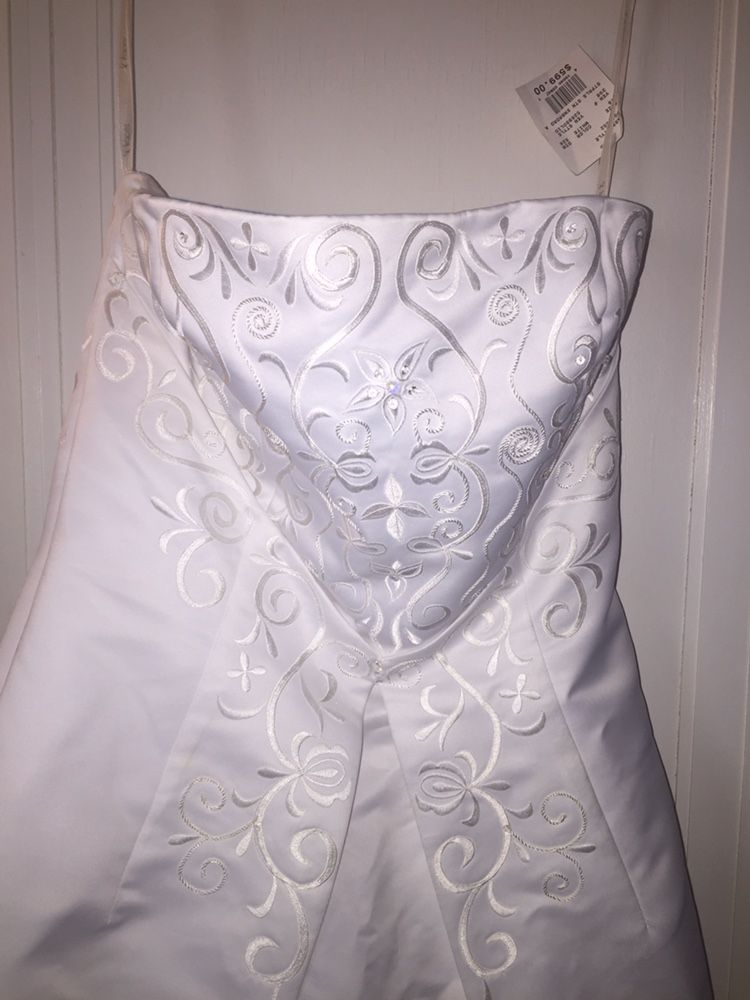 Strapless wedding dress new with tags still on it