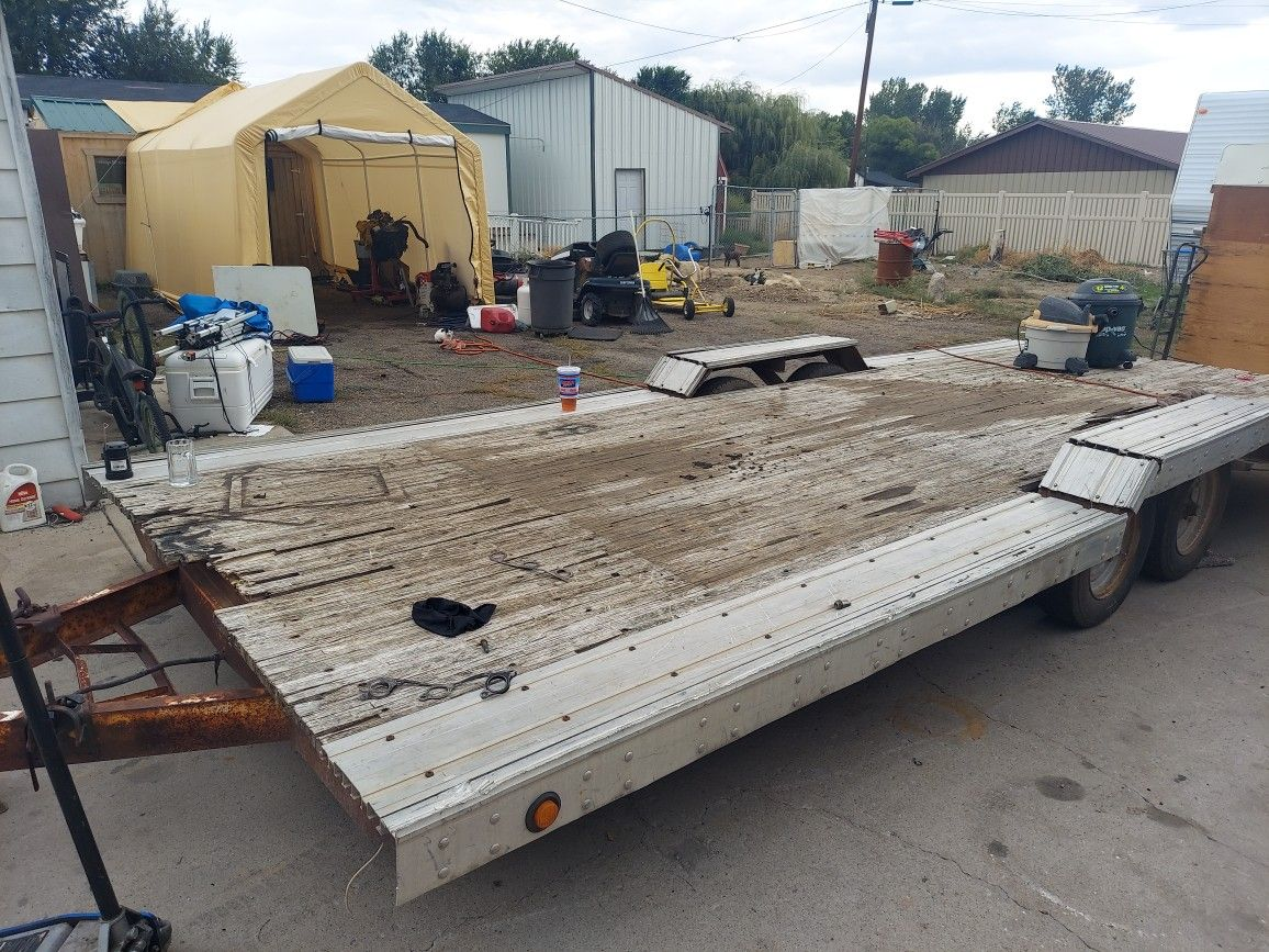 Car hauling trailer