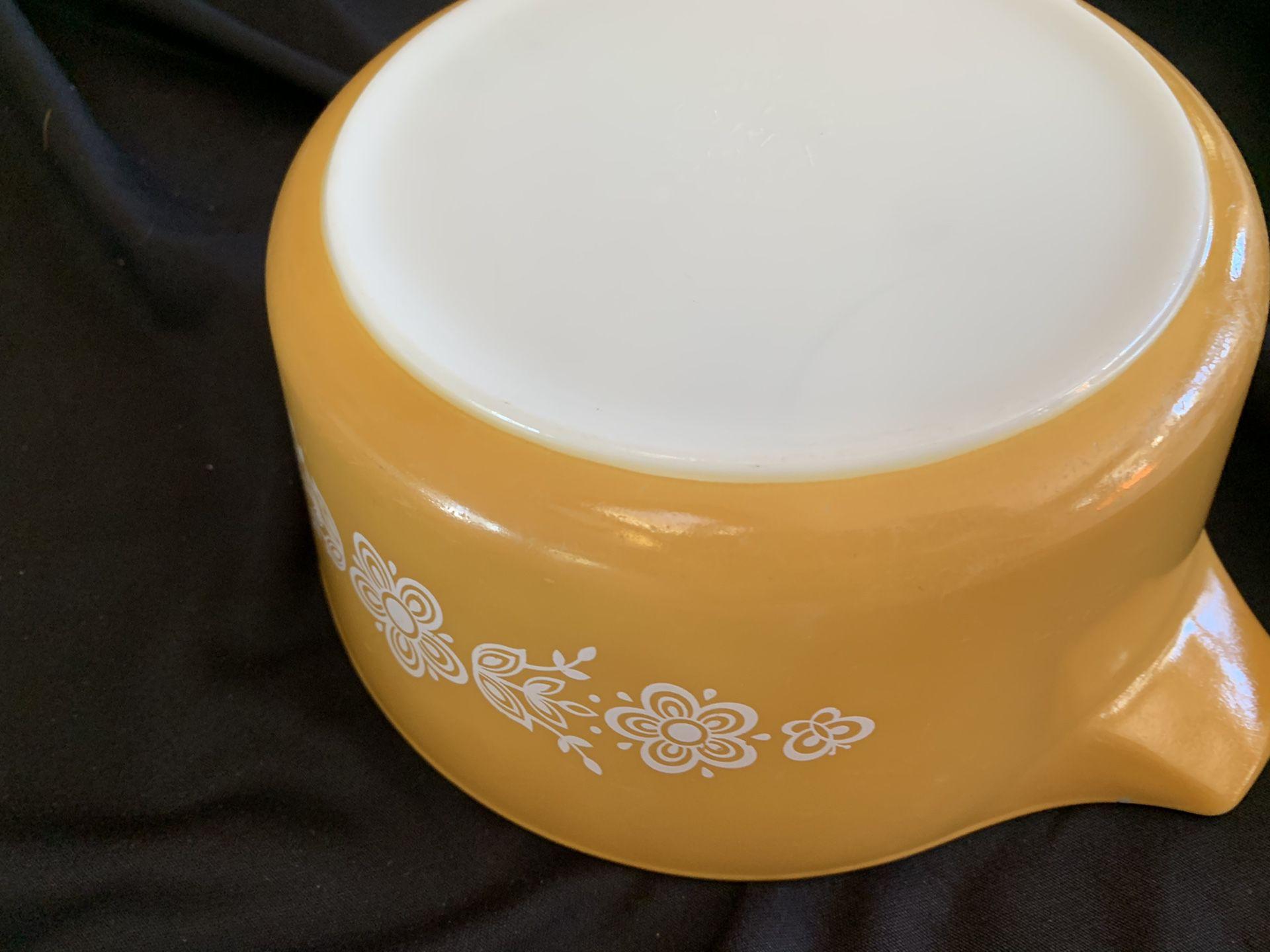 Pyrex 2 ½ qrt Cinderella bowl. Yellow/orange
