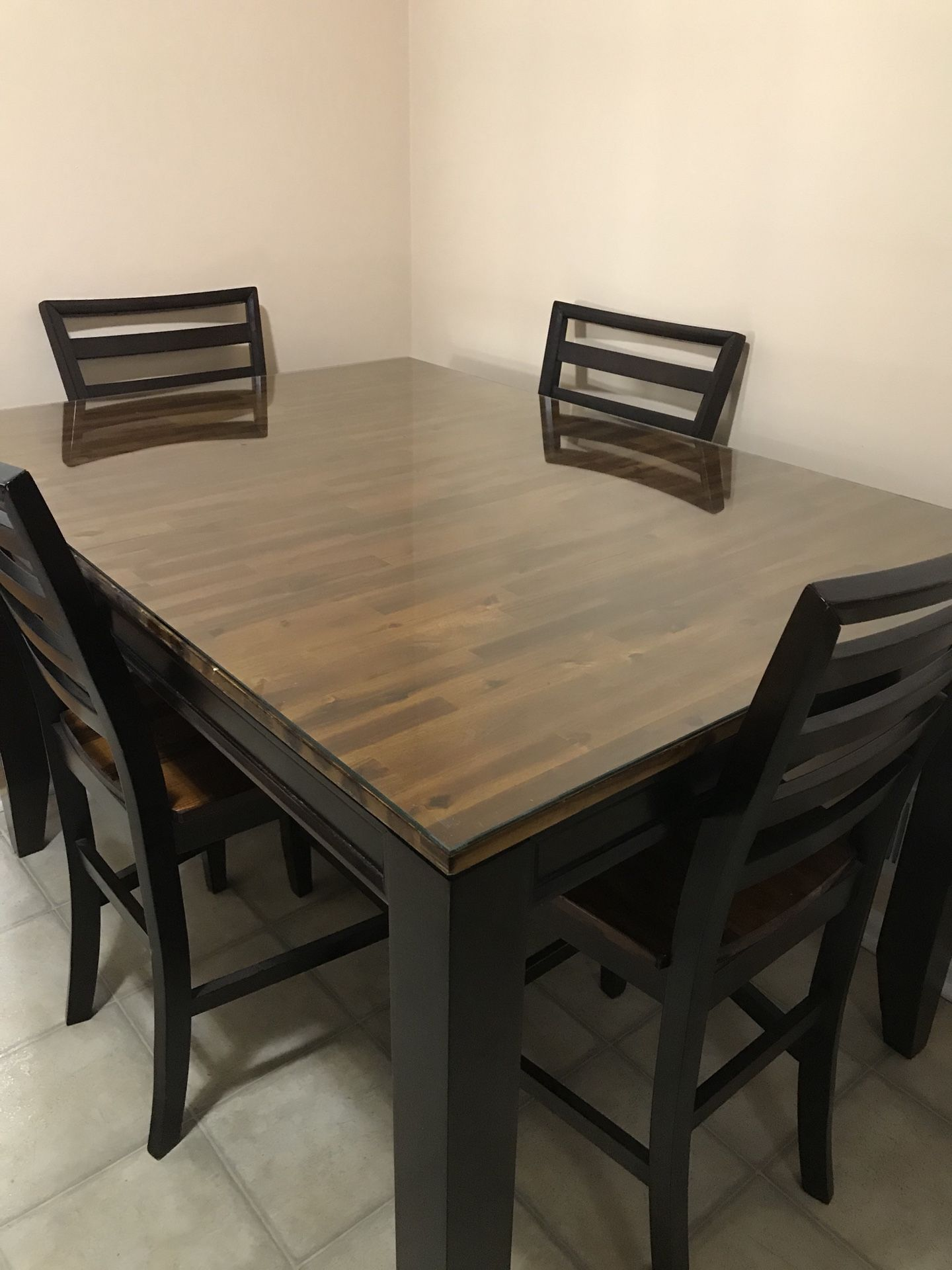 Table with 4 chairs ( expandable for 6 chairs )