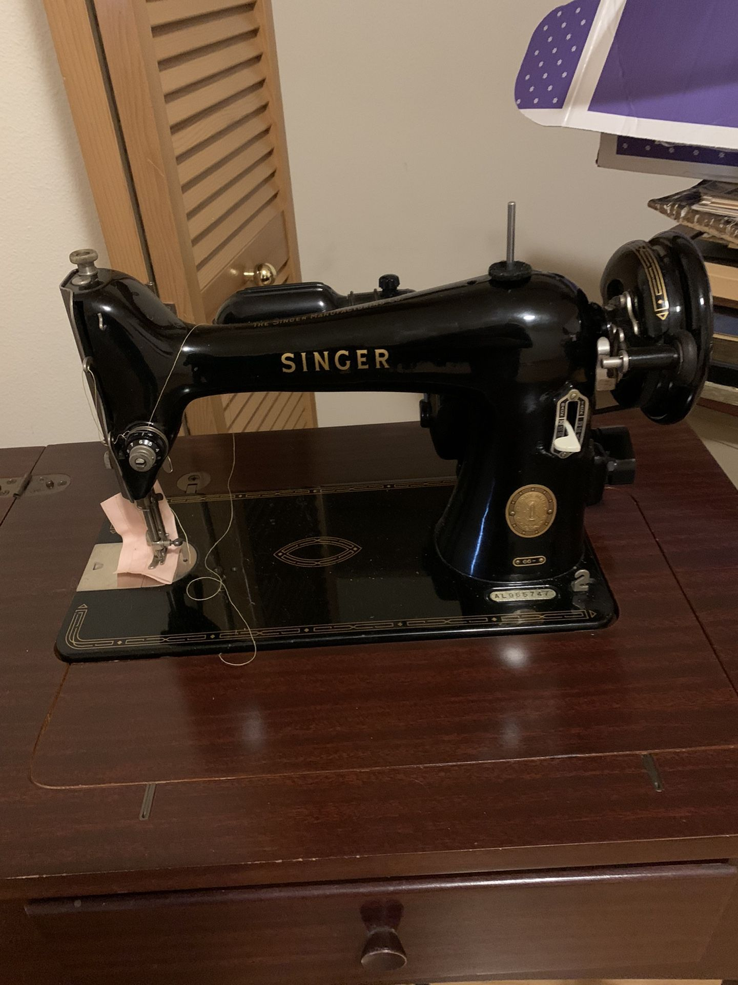 Antique Vintage Singer Sewing Machine in Cabinet