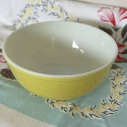 Vintage Large Yellow Pyrex Mixing Bowl 4 Quart  Thumbnail
