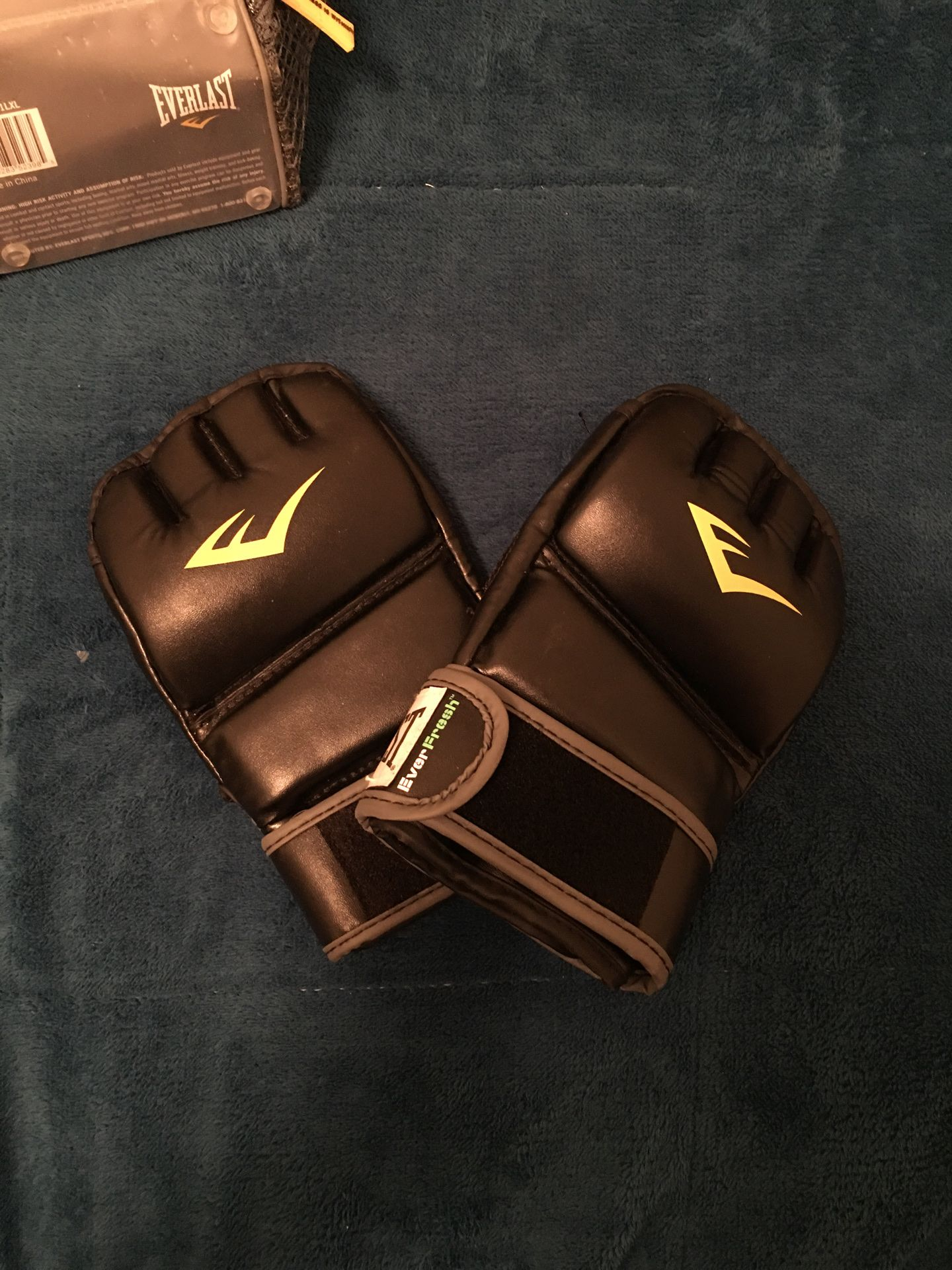 EVERLAST UFC GLOVES. COMES WITH BAG
