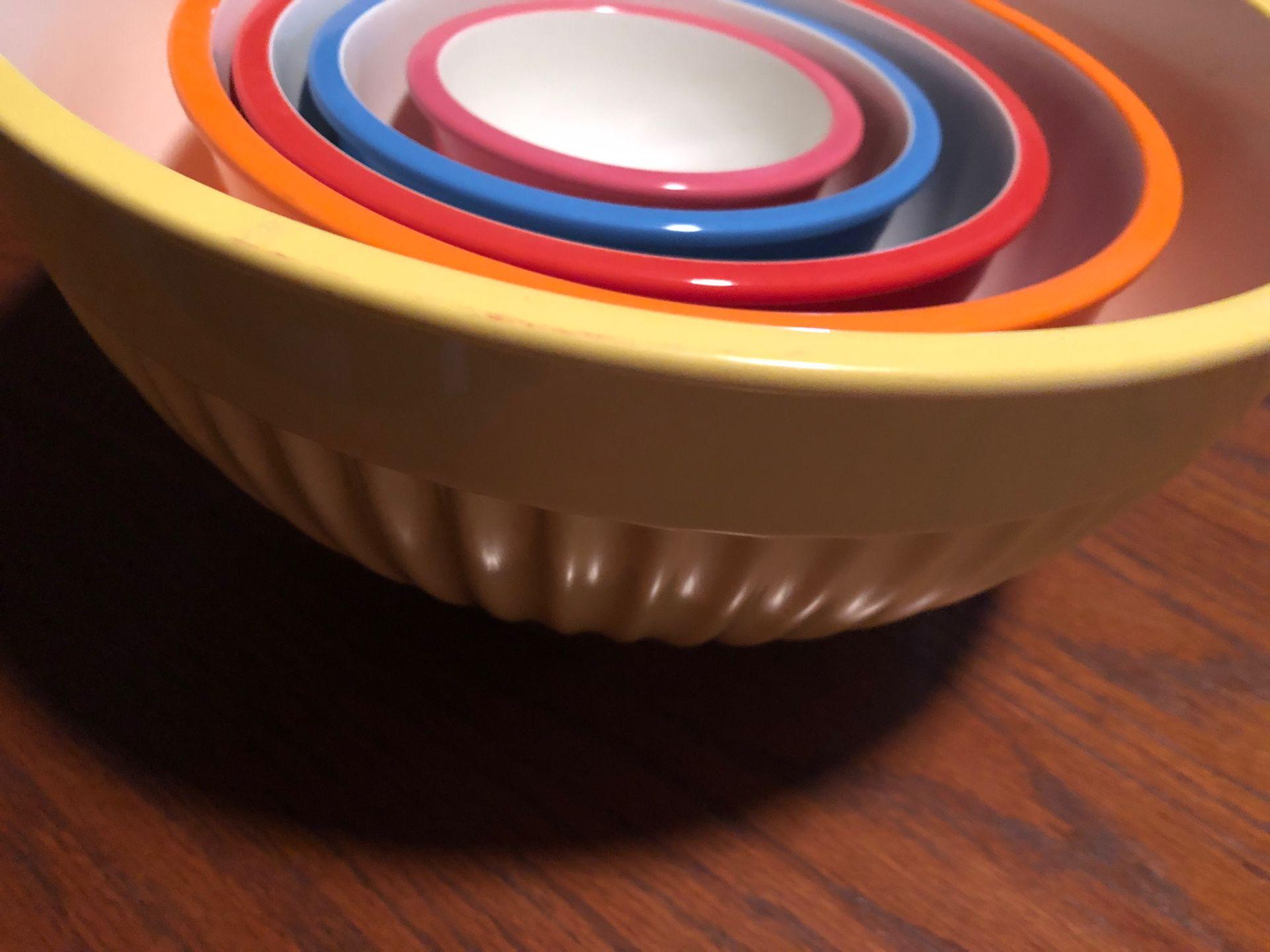 5 plastic mixing bowls