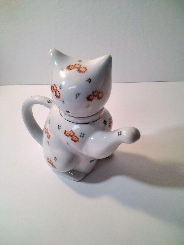 A Very Cute Cat Tea Pot .