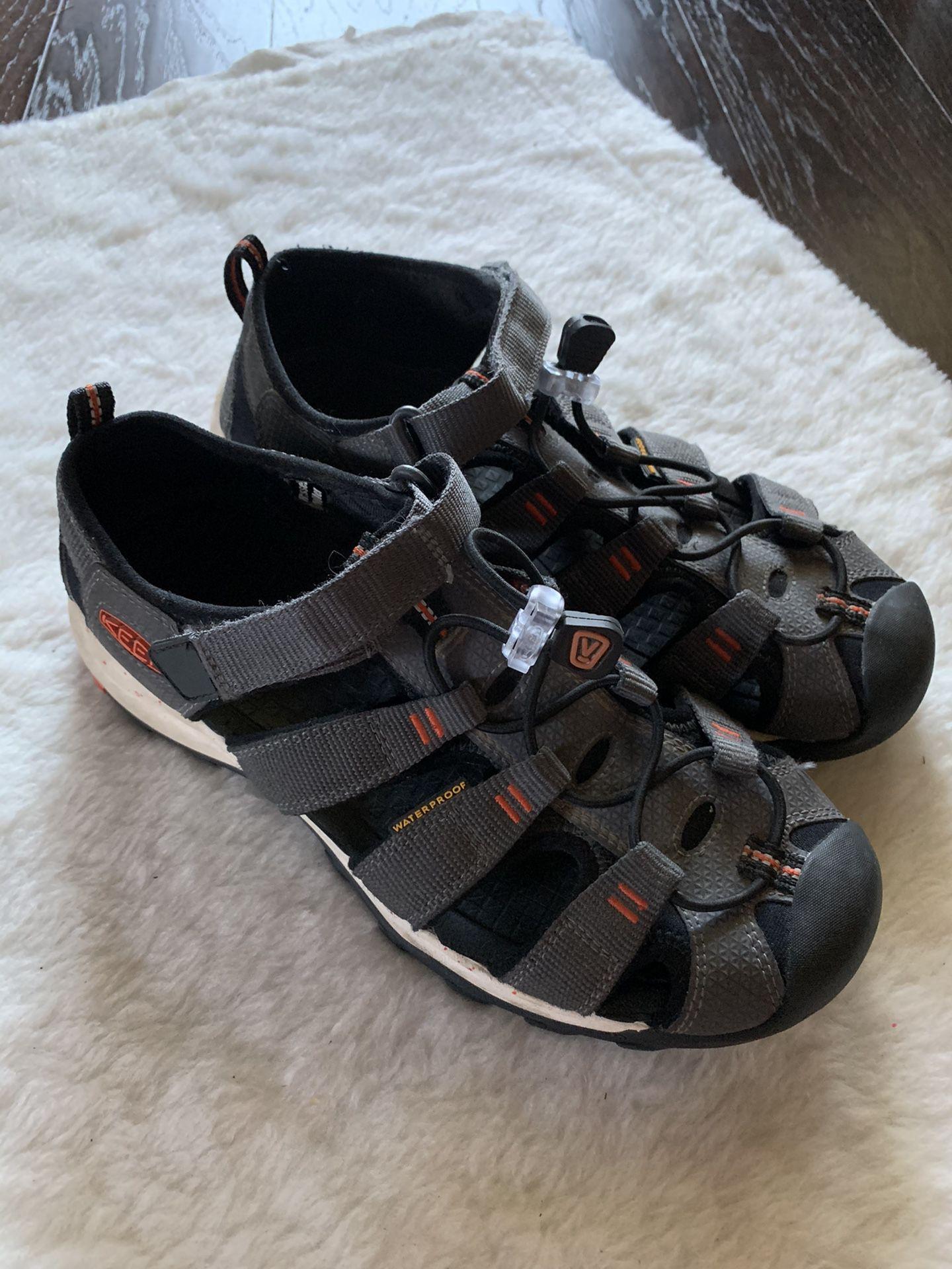 Keen close toe shoes Size 5 Women