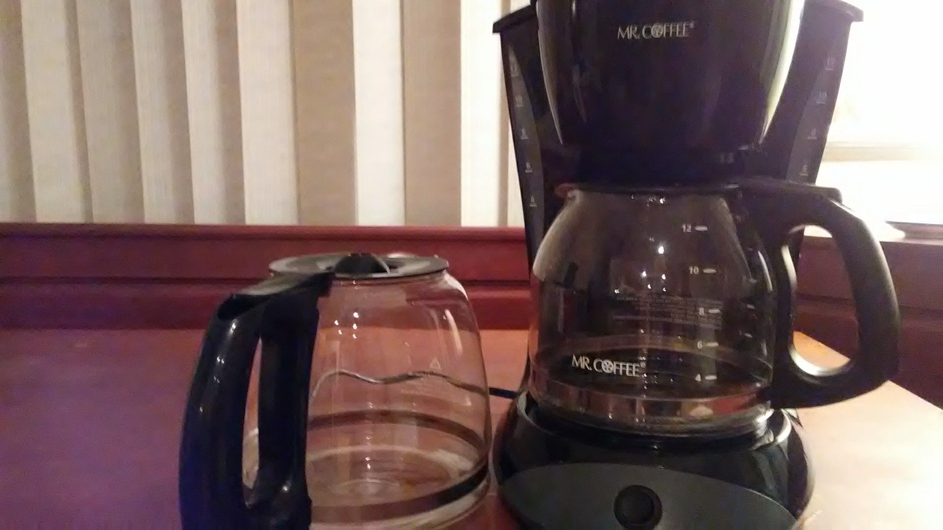 Coffee machine and extra pot