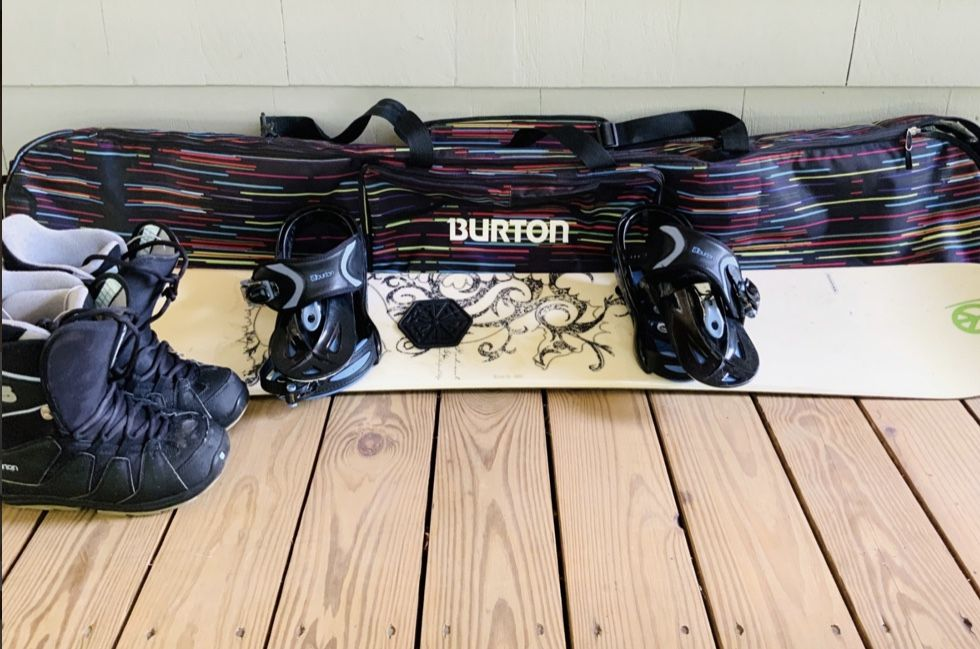 SALOMON SNOWBOARD WITH BURTON BINDINGS, BAG AND BOOTS