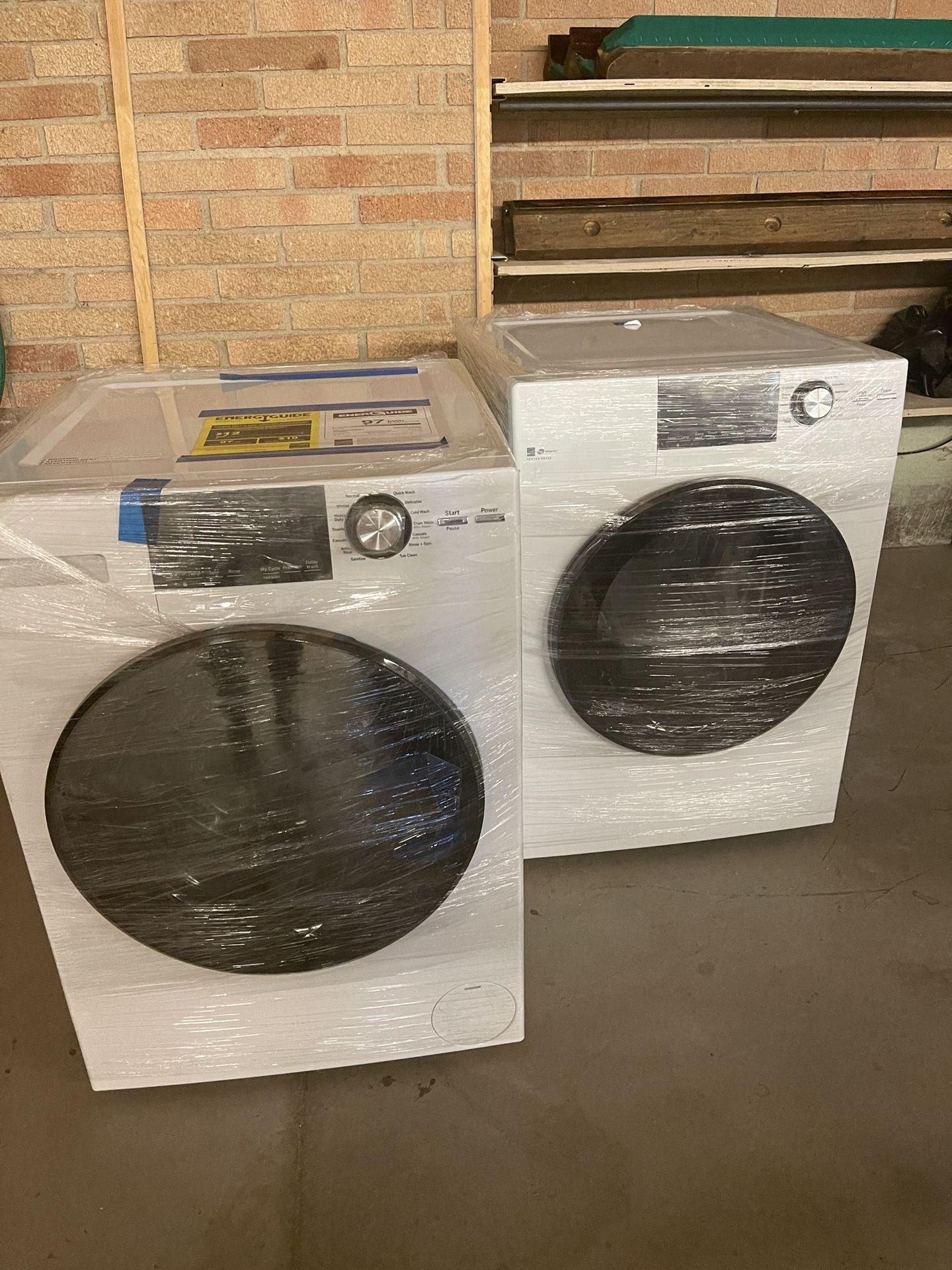 GE 2.4-cu ft High Efficiency Stackable Steam Cycle Front-Load Washer and dryer