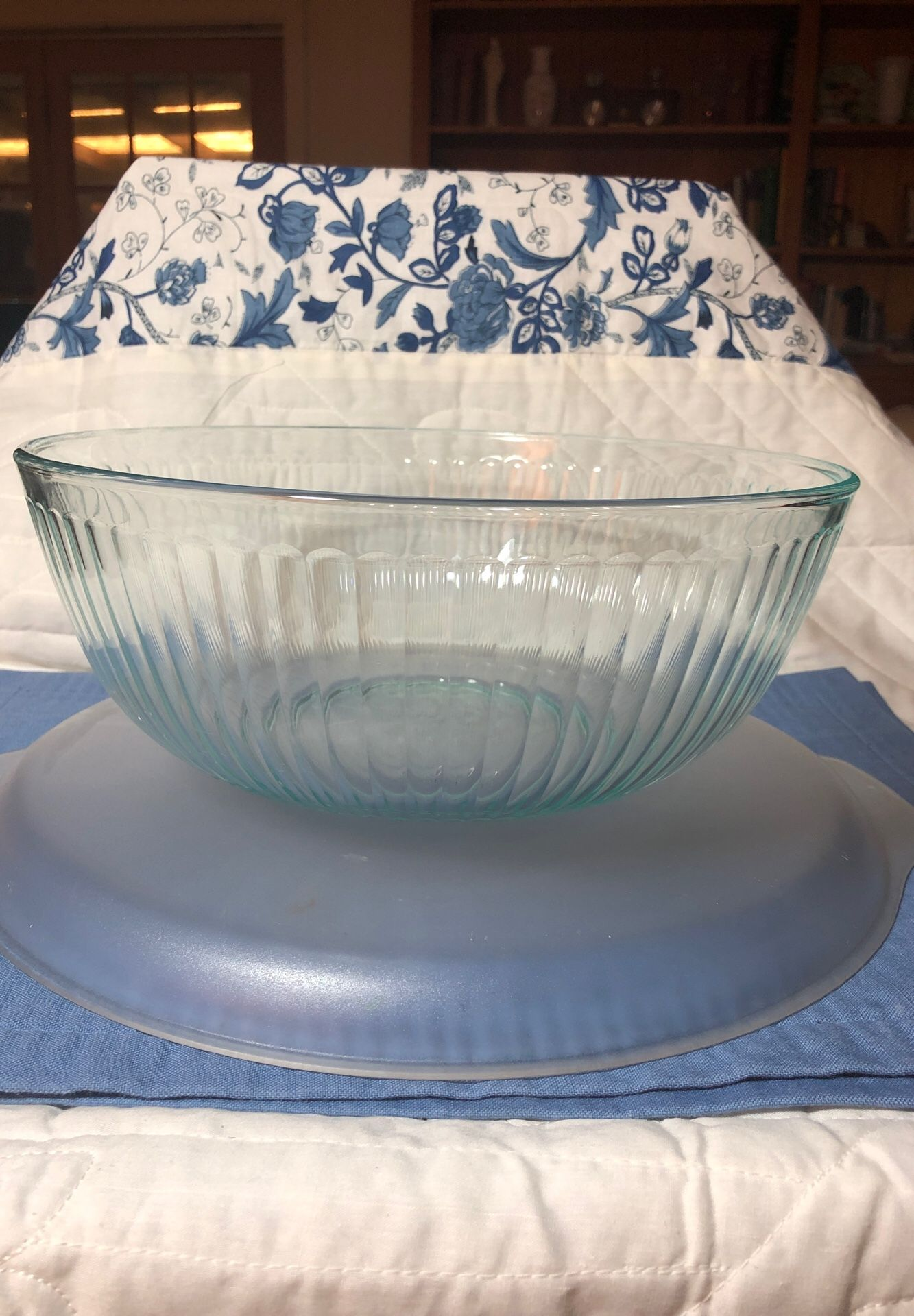 Pyrex 4.5 qt turquoise tinted mixing bowl