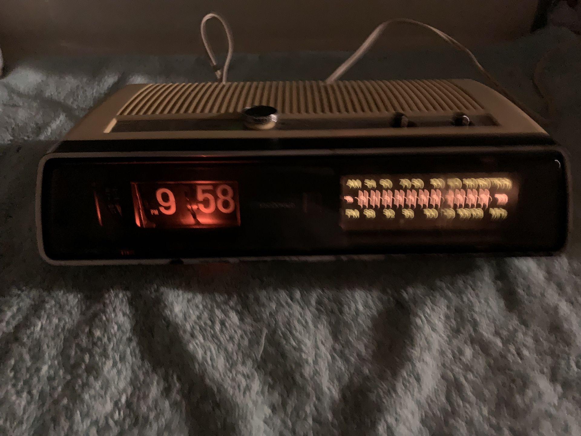 Vintage clock AM/FM radio alarm works great old flip numbers