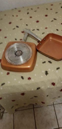 Vendo dos saltenes usados marca Copper chef cuadrados uno 8 in. Y otro 9.5 in Thumbnail